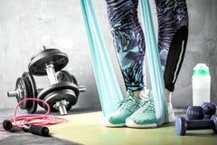 Séance d'entraînement de corps et d'esprit dans le studio de forme physique de grenier photo stock