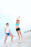 Séance d'entraînement de couples sur la plage Photo stock