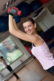 Séance d'entraînement de Dumbell de la femme magnifique Photo stock