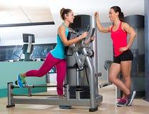 Séance d'entraînement de femme de machine d'exercice de glute de gymnase Photos libres de droits
