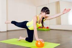Séance d'entraînement de forme physique de fille assez jeune Photo libre de droits