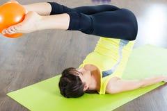Séance d'entraînement de forme physique de fille assez jeune Photo stock