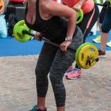 Séance d'entraînement de forme physique : Jolie fille employant le Barbell dans le gymnase images stock