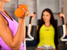 Séance d'entraînement de gymnase d'amis Dans le fonctionnement de femme de centre de fitness Images libres de droits
