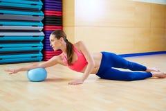 Séance d'entraînement de gymnase d'exercice de boule de stabilité de femme de Pilates photo libre de droits