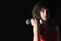 Séance d'entraînement de jeune femme dans le club de forme physique avec l'haltère Images libres de droits