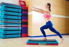 Séance d'entraînement de pas d'exercice de femme d'étape au gymnase Photographie stock