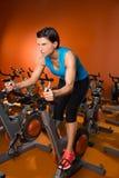Séance d'entraînement de rotation d'exercice de femme d'aérobic au gymnase Images stock