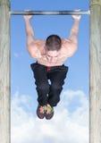 Séance d'entraînement extérieure de forme physique de barre de parc Image libre de droits