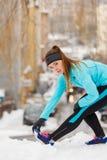 Séance d'entraînement d'hiver Vêtements de sport de port de fille, étirant des exercices Photos libres de droits