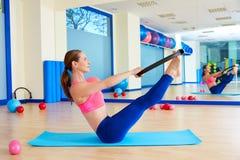 Séance d'entraînement magique d'exercice d'anneau d'énigme de femme de Pilates Images stock