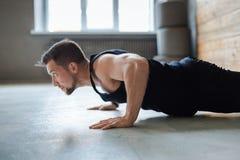 Séance d'entraînement, pousées ou planche de forme physique de jeune homme images libres de droits