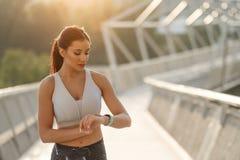 Séance d'entraînement sportive de synchronisation de femme photos stock