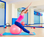 Séance d'entraînement suisse d'exercice de boule de fitball de femme de Pilates photographie stock