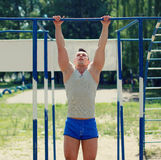 Séance d'entraînement, tractions d'homme de sports photo stock