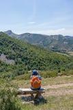 Séance d'homme contemplant la montagne de Palencia image libre de droits