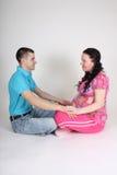 Séance d'homme et de femme enceinte Image stock