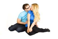 Séance d'homme et de fille et baisers, d'isolement Photo stock