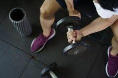 Séance d'homme fort et haltère de levage de séance d'entraînement pour l'exercice dedans images stock