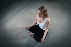 Séance de jeune fille de Topshot et méditer Image stock
