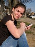 Séance de jeune fille, se penchant sur une jambe, avec le gadge Image libre de droits