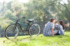Séance de l'adolescence de couples images stock