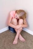 Séance de l'adolescence triste dans le coin image libre de droits