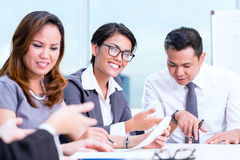 Séance de réflexion asiatique d'équipe d'affaires Images stock