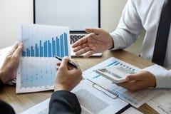 Séance de réflexion exécutive d'équipe d'hommes d'affaires sur la réunion au fonctionnement de projet d'investissement de planifi image libre de droits