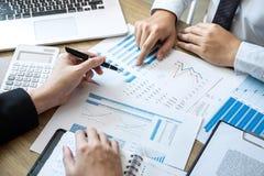 Séance de réflexion exécutive d'équipe d'hommes d'affaires sur la réunion au fonctionnement de projet d'investissement de planifi photographie stock