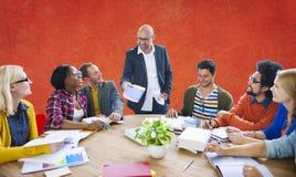Séance de réflexion occasionnelle de direction de travail d'équipe apprenant le concept image libre de droits
