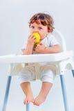 Séance et consommation heureuses de bébé garçon Photographie stock