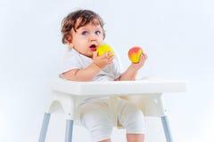 Séance et consommation heureuses de bébé garçon Photo stock