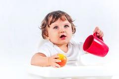 Séance et consommation heureuses de bébé garçon Images stock