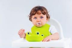 Séance et consommation heureuses de bébé garçon Photos libres de droits