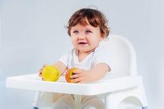 Séance et consommation heureuses de bébé garçon Photo libre de droits