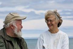 Séance et parler aînés de couples Photo libre de droits