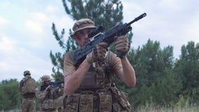 Séance et viser militaires de troupe banque de vidéos