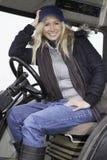 Séance femelle dans un tracteur images stock