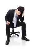 Séance frustrante et pensante d'homme d'affaires Photographie stock libre de droits