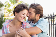 Séance heureuse de couples et caresse photographie stock libre de droits