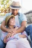 Séance heureuse de couples et caresse Photographie stock
