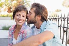 Séance heureuse de couples et caresse Photos libres de droits