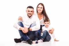 Séance heureuse de mère, de père et de fils de famille Photos libres de droits