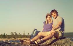Séance heureuse et étreindre caucasiens de famille d'homme et de femme de couples Image libre de droits