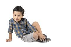 Séance mignonne de petit garçon d'isolement sur le fond blanc image libre de droits