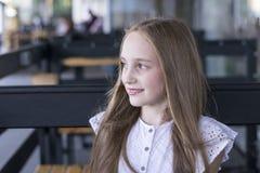 Séance modèle blonde au café de rue photo libre de droits