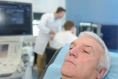 Séance patiente supérieure sur le lit dans l'hôpital images libres de droits
