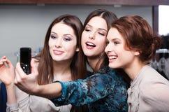 Séance photo de sourire de filles après l'achat Image stock