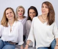 Séance photo pour 4 amis féminins photographie stock